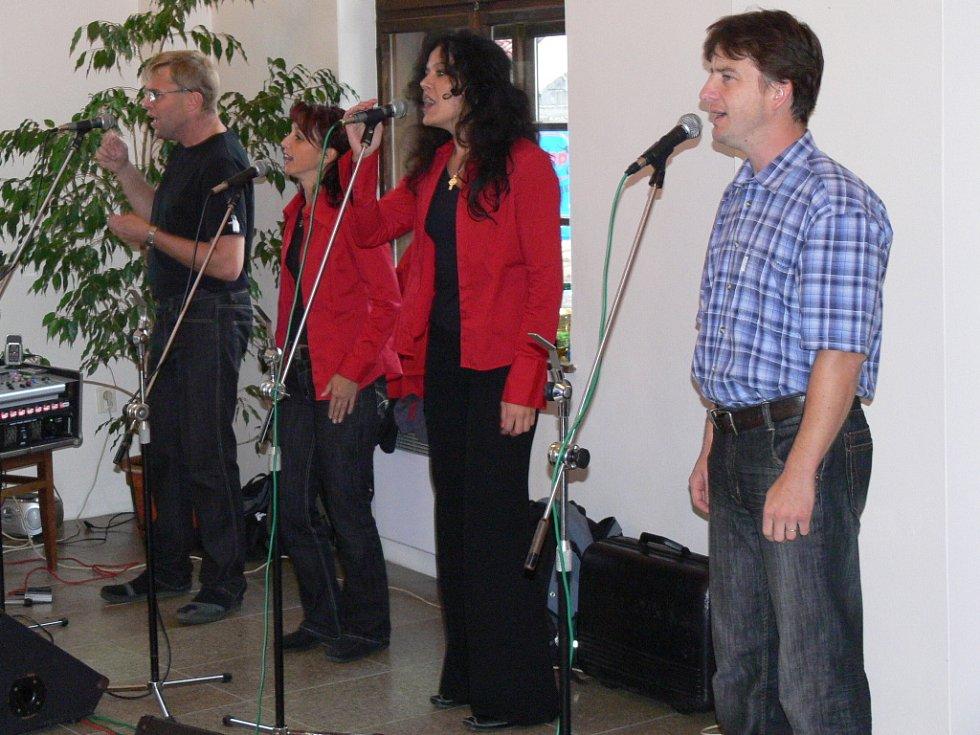 Na vernisáži výstavy vystoupil krátce také vokální kvartet Camperra.
