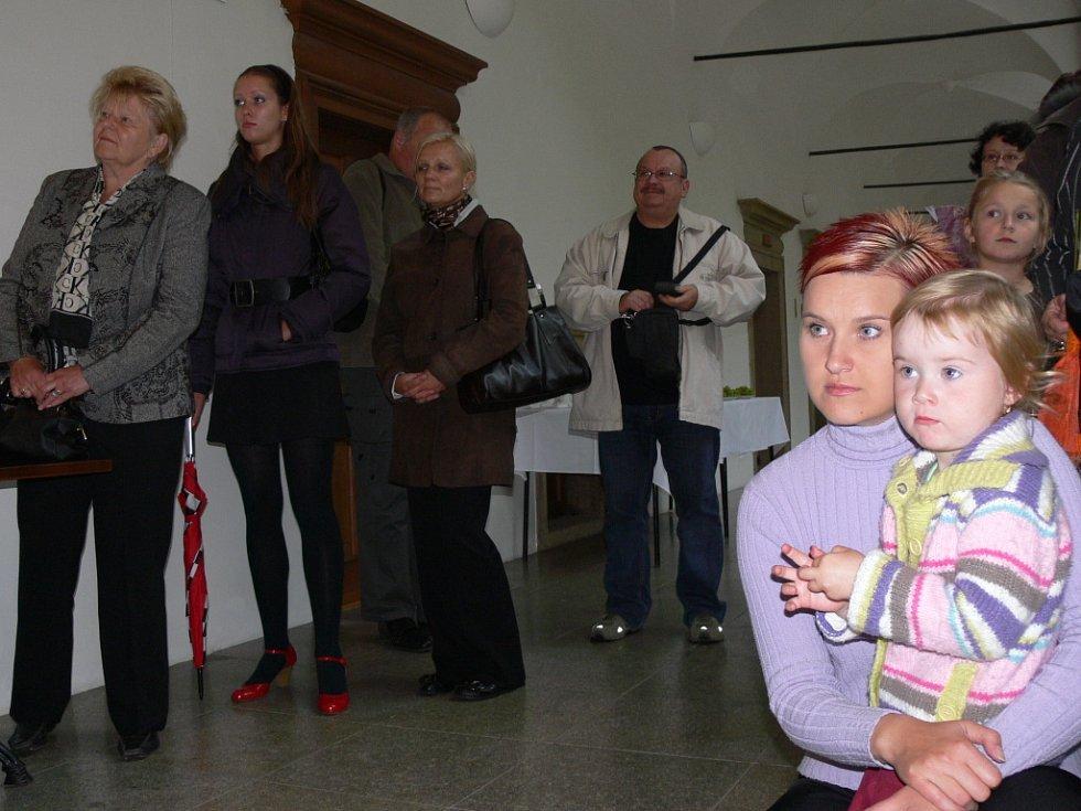Výstavu fotografií zahájila v Galerii severní křídlo zámku v Hranicích slavnostní vernisáž.