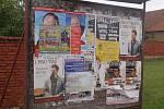 Plakáty kandidátů do Senátu jsou v některých obcích přelepovány portréty jejich soupeřů nebo pozvánkami na různé kulturní a společenské akce.