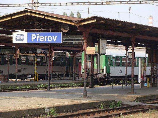 Druhé nástupiště železniční stanice v Přerově ochromila v pondělí kolem šesté hodiny večer tragická událost. Šedesátiletý muž se rozhodl skoncovat se životem a vstoupil do kolejiště.