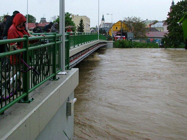 Hrozící Bečva v Hranicích. Ilustrační foto