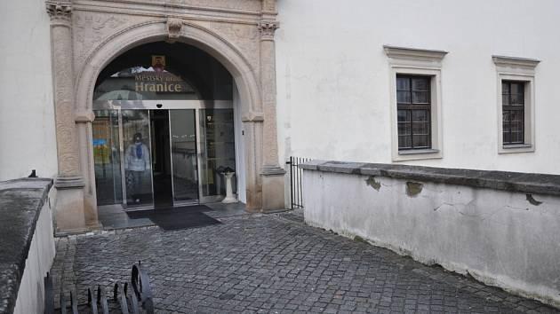 Prostory bývalého Café baru na zámku v Hranicích už mají nájemce