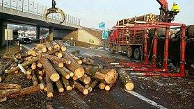 Převracený přívěs se dřevem v pondělí 19. února zcela zablokoval dopravu přes Bělotín.