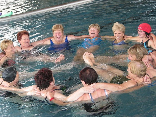 V bazéně se pravidelně scházejí například členky Klubu seniorů, aby si společně zacvičily vodní aerobik.