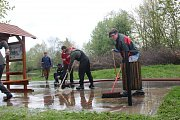 Lidé v Ústí na Hranicku v sobotu uklízeli areál sportoviště, který se ocitl v pátek pod vodou.