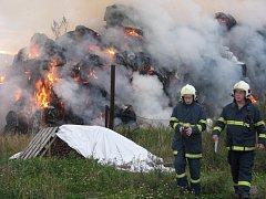K požáru stohu svolávala v neděli večer do Velké u Hranic hasiče siréna.