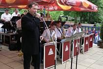 Na kolonádě vystoupila swingová kapela Alfa Band.