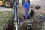 Bez tekoucí vody se ocitla část obyvatel sídliště Hromůvka v Hranicích, když v úterý 12. července brzy ráno praskl přívodní uzávěř vodovodu
