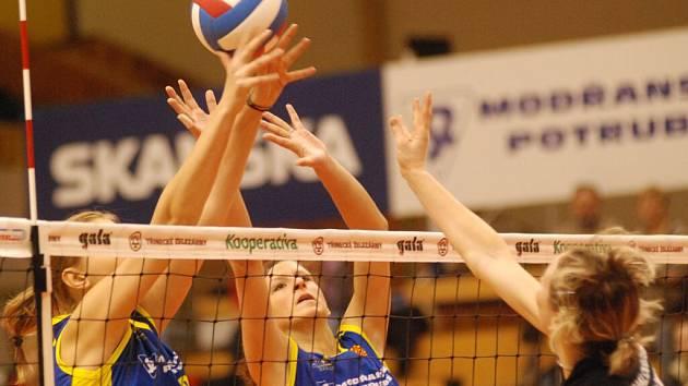 Momentka ze semifinálového duelu Českého poháru žen mezi VK Prostějov a SK UP Olomouc, v níž se na síti střetly mladé hráčky obou hanáckých rivalů.