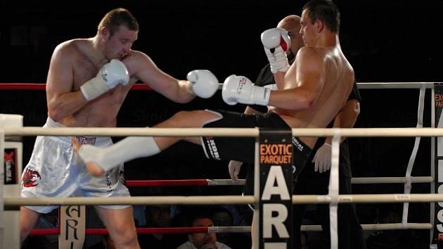Roman Kleibl z KBC Přerov (v tmavém) porazil Běloruse Alexeye Ignashova, superhvězdu K–1 .
