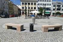 Dvě kamenné lavičky se vrátily na hranicke náměstí