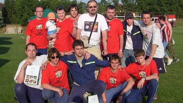 Zásahová jednotka po získání 2. místa v I. kole požárního sportu v Beňově v letošním roce.