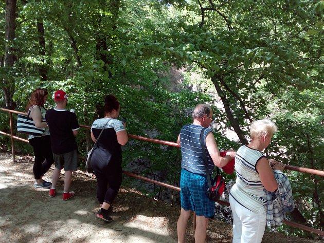 Kolem Hranické propasti je zábradlí. Podle turistů je zabezpečení rokle postačující. Kdo zbytečně neriskuje, tomu se podle návštěvníků nemůže nic stát.