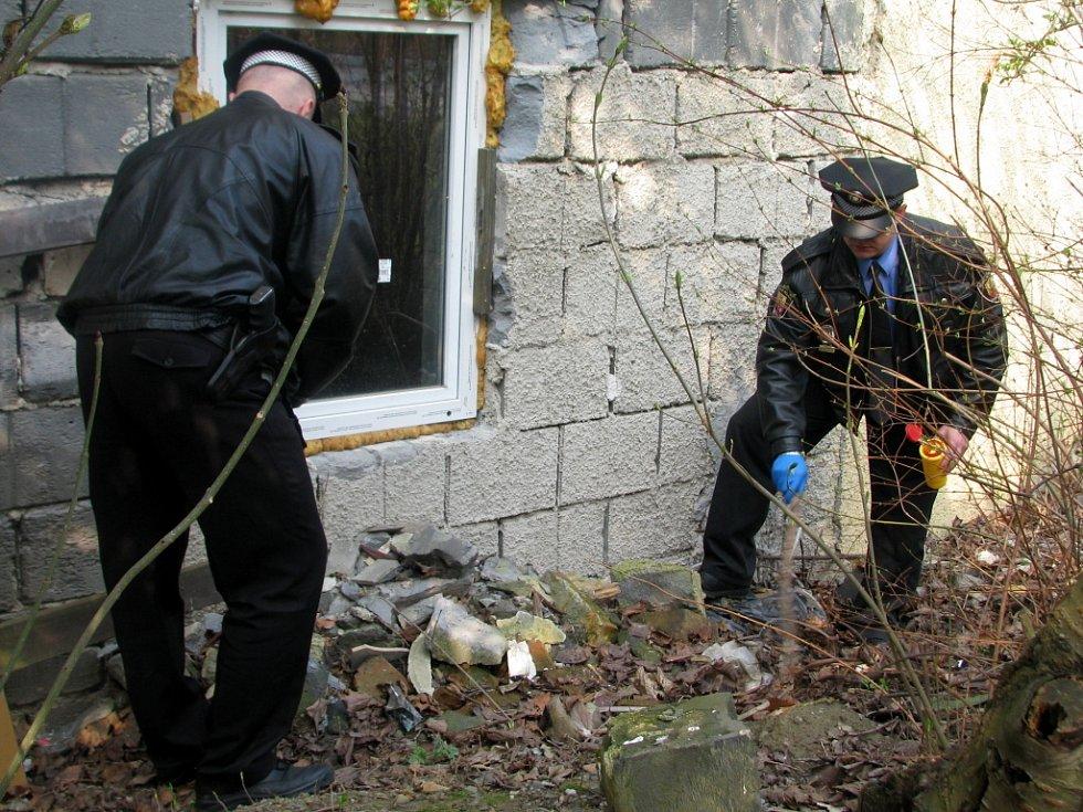 Strážníci Městské policie v Hranicích tento týden prohledávají dětská hřiště a další místa, na kterých si hrávají děti. Hledají tam použité injekční stříkačky. V pátek 3. dubna jich v ulici Pod lipami našli hned šest.
