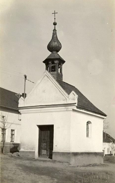 Původní stará kaple na návsi v Radotíně z roku 1871. Ta bránila v rozšíření okresní silnice a musela být v roce 1949 zbourána. Místo ní kousek vedle byla vystavěna současná kaple na návsi, která byla posvěcena v roce 1950.