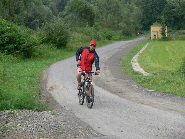 Asfalt jen na polovině šíře cyklostezky je trnem v oku všech cyklistů i bruslařů