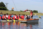 Soutěž základních a středních škol v jízdě na 200 metrů v dračích lodích na hranické Bečvě