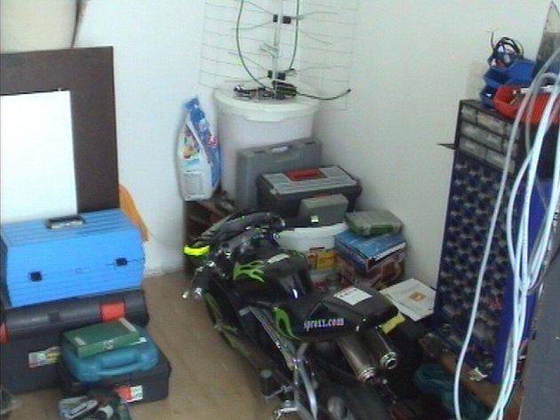 Věci z majetkové trestné činnosti zajištěné v bytě.