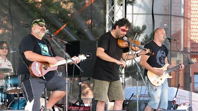 Koncert kapely Fleret před hranickým zámkem