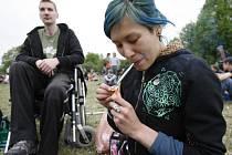 Pro značnou část tuzemské mládeže je kouření marihuany běžným jednáním, zatímco náš právní řád to vidí úplně jinak.
