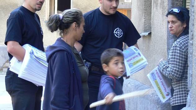 Redaktoři ultrapravicové Národní politiky rozdávali své noviny a mapovali lokality v Přerově, v nichž žijí převážně Romové.