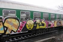 Sprejer poničil vagony v železniční stanici v Nezamyslicích na Prostějovsku.