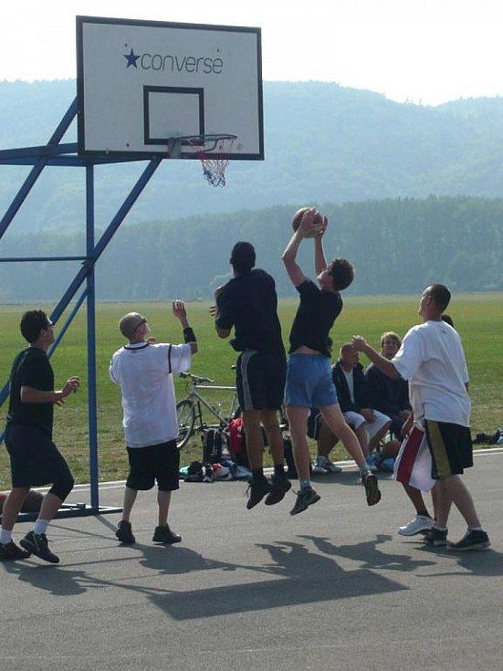 Asfaltová plocha drahotušského letiště patřila prvnímu ročníku streetbalového turnaje Badenstreetcup.