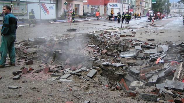 Po explozi v Komenského ulici v Přerově zůstal šestimetrový kráter.
