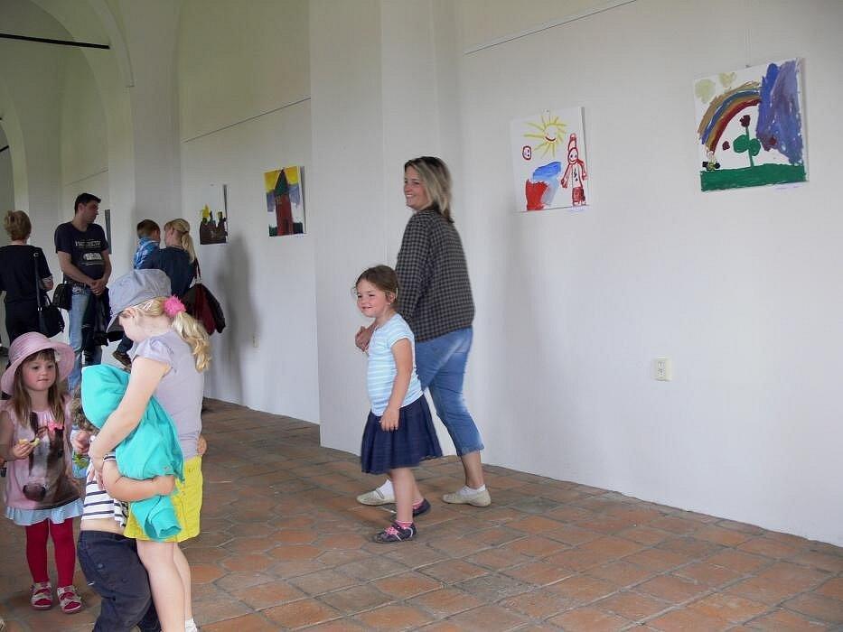 Vernisáž výstavy v Hranicích na zámku. Autory obrazů byly i předškolní děti.