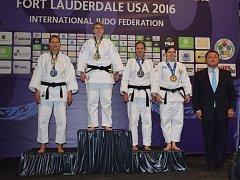 Bojovnice Železa Hranice Veronika Sigmundová (třetí zleva) uzmula na americké tatami třetí místo na mistrovství světa. Po letošním bronzu z ME je to její další cenná medaile.