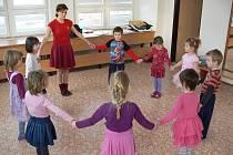 Už dvanáct let působí při Domu dětí a mládeže v Hranicích folklorní kroužek Rozmarýnek. Děti, které chodí do jeho přípravného oddělení, se věnují hlavně pohybové výchově