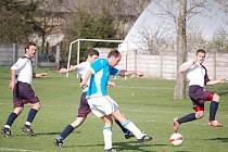 Fotbalisté Želatovic (v modrém) proti Hněvotínu. Ilustrační foto