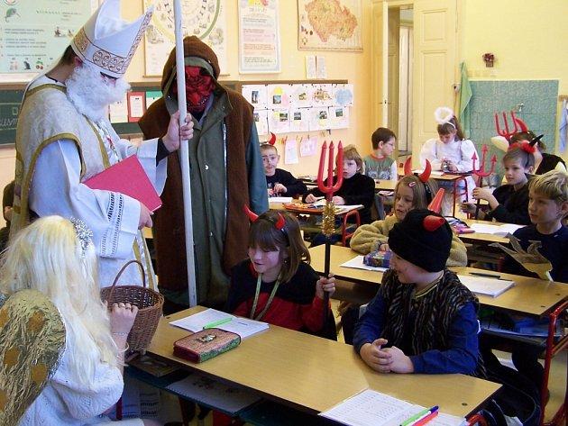 Žáci brodecké školy v převlecích přivítali ve svých třídách Mikuláše, anděla a čerta.