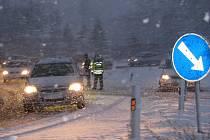 Na kruhovém objezdu mezi Hranicemi a Drahotušemi se tvořily kolony, dopravu řídili strážníci Městské policie.