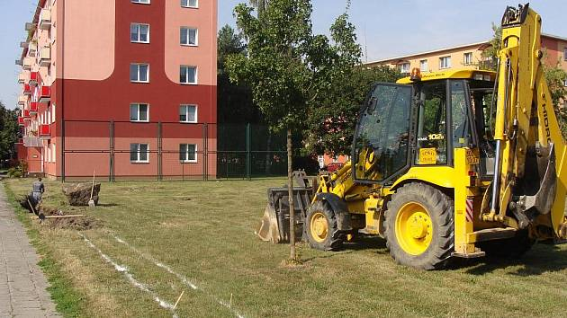 Děti z Přerova se dočkají nového dětského hřiště. Firma totiž zahájila tento týden stavbu areálu s hracími prvky v Jasínkově ulici za Priorem.