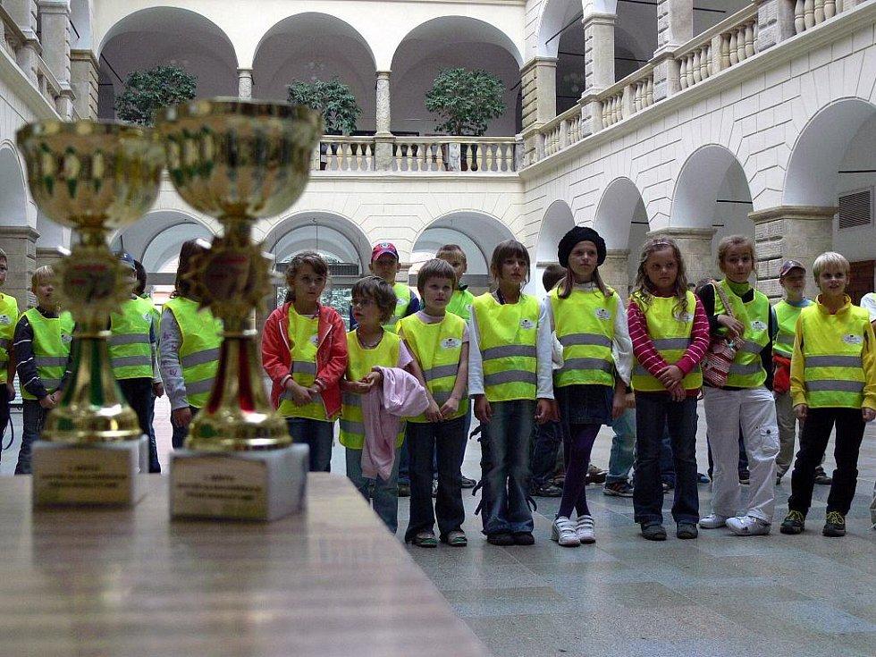 Závodníci Majáčku převzali poháry.