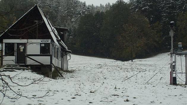Silničáři vyjeli vůbec poprvé s posypovým vozem na komunikaci mezi Hranicemi a Bělotínem a prováděli také úklid zasněžených cest v Partutovicích a Středolesí.