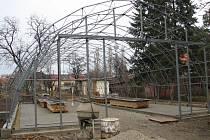 V zahradě areálu Českého svazu chovatelů v Prostějově už stojí kovová část konstrukce nové výstavní haly. Chovatelé ji stavějí svépomocí.