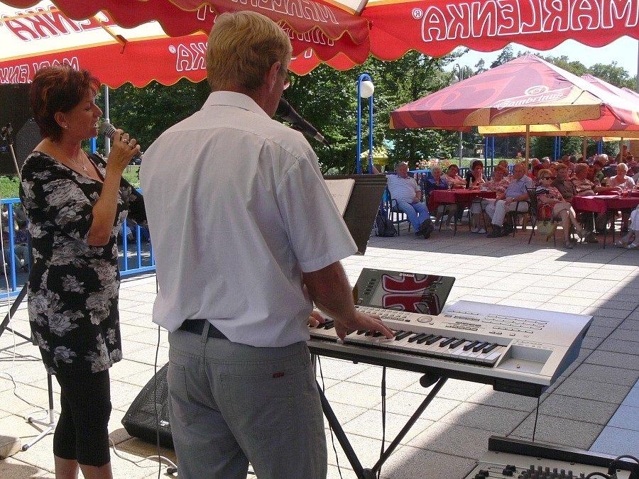 Lázeňským hostům v Teplicích nad Bečvou zahrála dvojice Dáša a Radek
