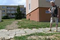 Se stavem komunikace na Nerudově ulici i s přilehlým chodníkem jsou obyvatelé velice nespokojeni.