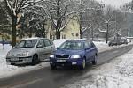 Bezradní řidiči nemají kde zaparkovat svá auta, a tak parkují kde se dá.