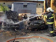 Hasiči zasahují u požáru čtyř aut v ulici Nová v Hranicích