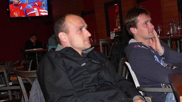 Ve většině restaurací sledovali zákazníci hokej na několika televizích zároveň.