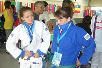 Marie Holčáková (v modrém) postoupila na tento turnaj díky zisku jednoho bronzu na turnaji kategorie Evropského poháru a dalších tří pátých míst z turnajů téže kategorie