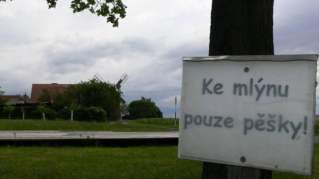 K větrnému mlýnu v Partutovicích vede stále nekomfortní cesta. Vyměřena už ale je nová komunikace.