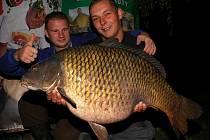 Fenomenální úlovek se podařil během kaprářského maratonu v Tovačově týmu Master Carp. Kapra o váze 18 kilogramů ulovili rybáři v neděli 13. září v noci.