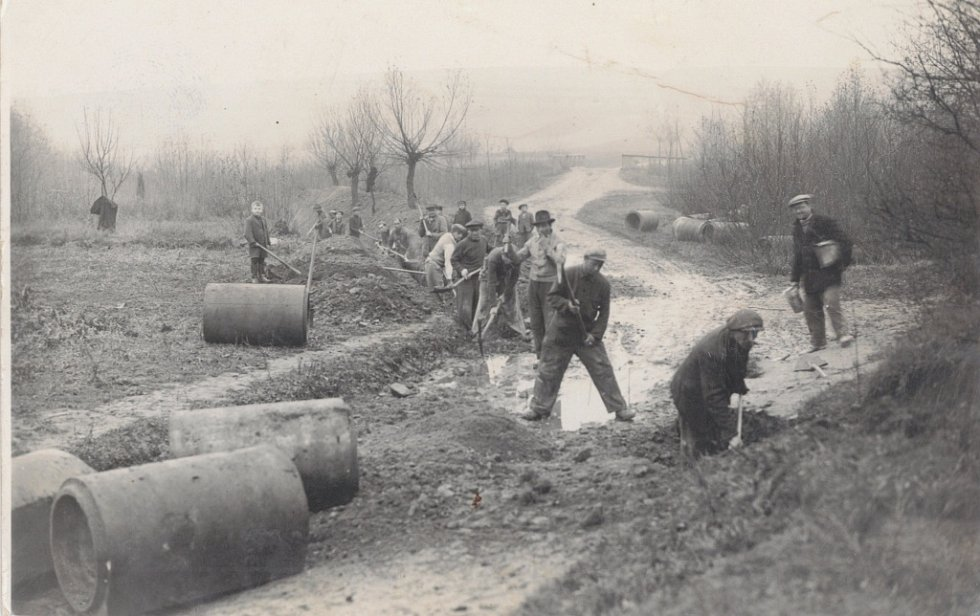 Stavba kanalizace ve Všechovicích probíhala svépomocí v roce 1960.