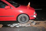 Řidič narazil v neděli 10. března u Hustopeč nad Bečvou do spadlého stromu.