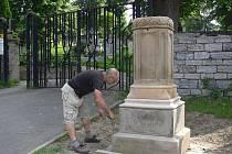Akademický sochař Marek Ludmila měří podstavec pod křížem u hlavní brány Městského hřbitova v Hranicích. Pracuje teď na výrobě jeho posledních dvou částí.