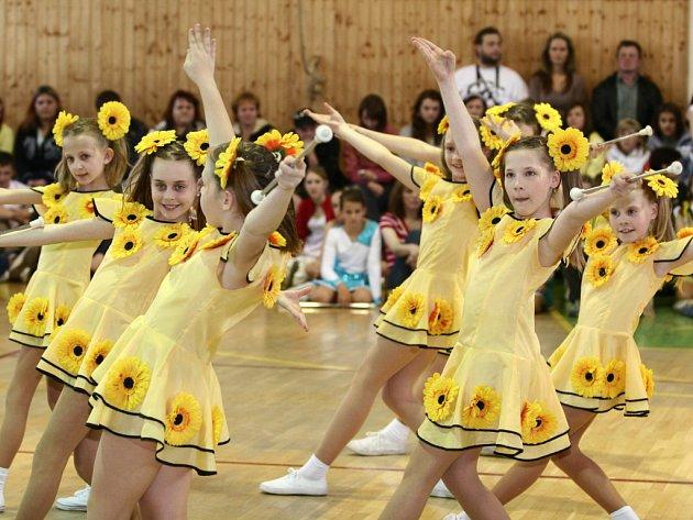 Sto devadesát dívek ze čtrnácti měst a obcí sesjelo do Bělotína, kde se konalo Mistrovství České republiky v mažoretkovém sportu.